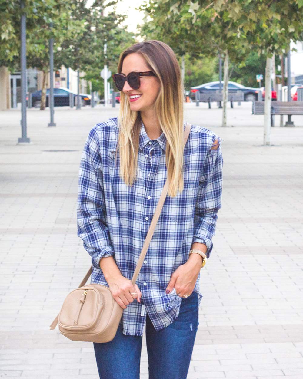 livvyland-blog-olivia-watson-dl1961-emma-barbwire-jeans-blue-shirt-shop-kelly-wynne-dear-512-handbag-2