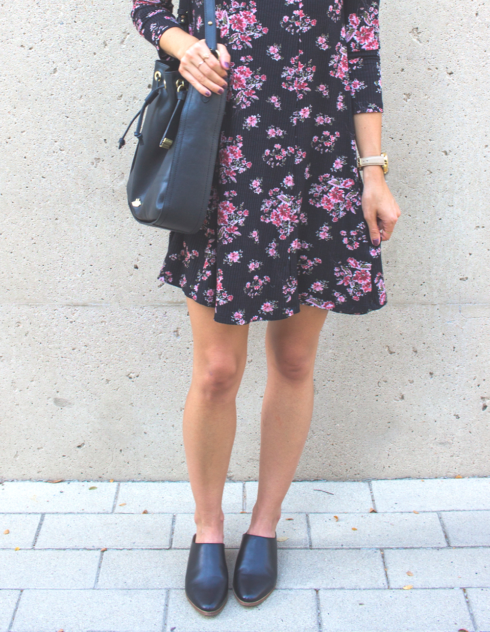 livvyland-blog-olivia-watson-lush-floral-black-shift-dress-brahmin-bucket-bag-ray-ban-wayfarer-sunglasses-madewell-slip-on-mules-6